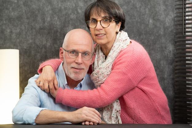 Portrait d'un couple de personnes âgées heureux à la maison