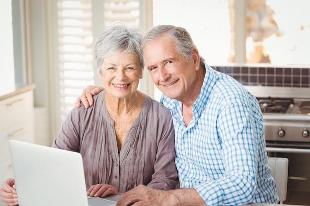 Portrait de couple de personnes âgées heureux avec