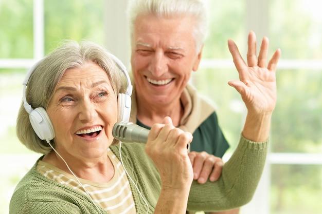 Portrait d'un couple de personnes âgées et d'un microphone