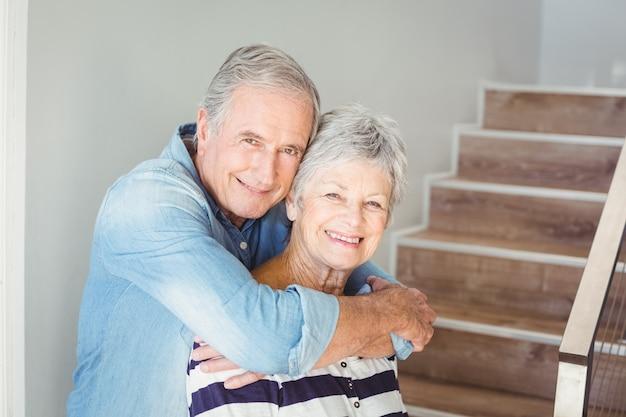 Portrait de couple de personnes âgées romantique
