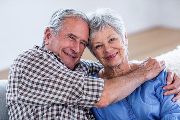 Portrait de couple de personnes âgées s'embrassant