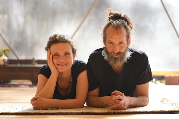 Portrait d'un couple de professeurs de yoga kundalini