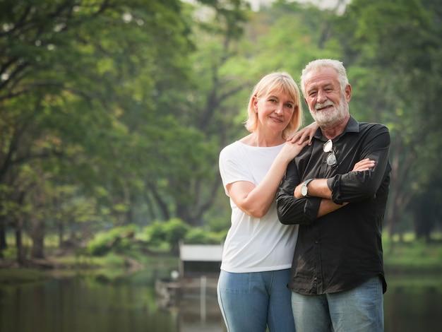 Portrait de couple de retraités retraités homme et femme heureuse dans le parc ensemble