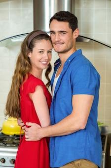 Portrait de couple romantique s'embrassant dans la cuisine