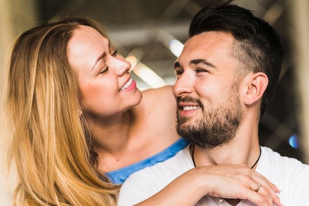Portrait d'un couple romantique souriant