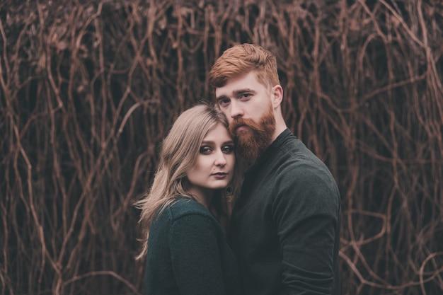 Portrait de couple romantique - tête rouge homme et femme étreignant à l'extérieur