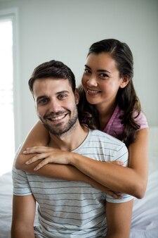 Portrait de couple s'embrassant dans la chambre à la maison