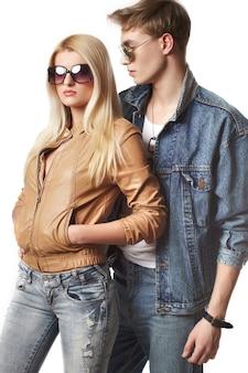 Portrait de couple sexy jeune hipster en studio