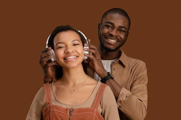 Portrait de couple souriant avec un casque