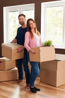 Portrait de couple souriant lors du déménagement