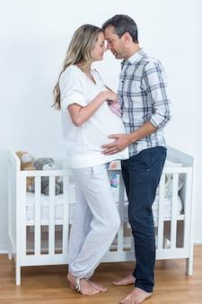 Portrait, couple, tenue, chaussures bébé, maison