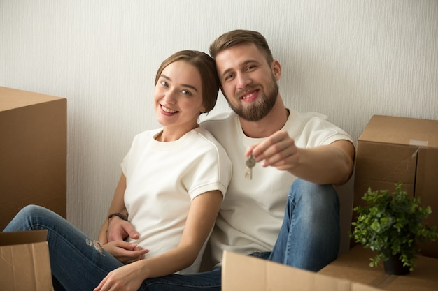 Portrait, couple, tenue, clés, excité, emménager