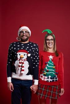 Portrait de couple en vêtements de noël isolés