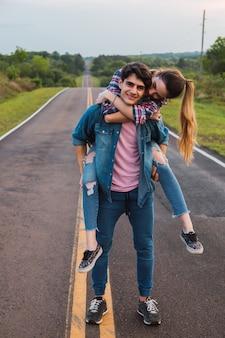 Portrait d'un couple de voyageurs amoureux arrêt sur la route