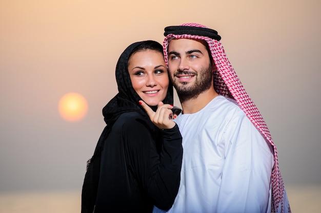 Portrait de couple yang habillé arabe.