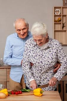 Portrait, de, couples aînés, couper, légumes