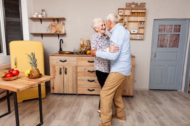 Portrait, de, couples aînés, danse