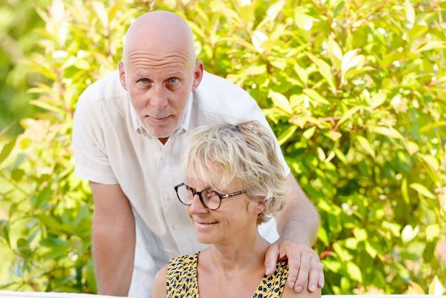 Portrait, couples aînés, dehors