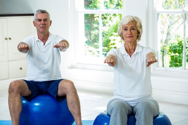 Portrait, de, couples aînés, exercisme, sur, balle
