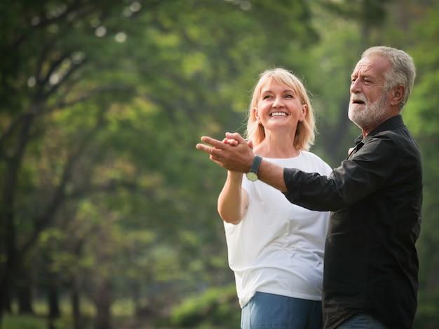 Portrait, de, couples aînés, retraite homme, femme, danching, dans, parc, ensemble