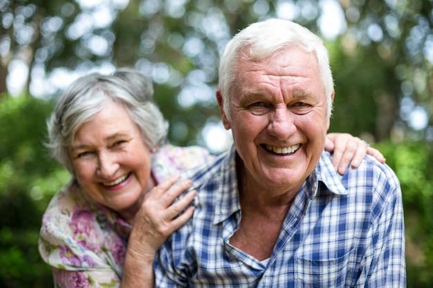 Portrait, de, couples aînés, rire, dans, arrière-cour