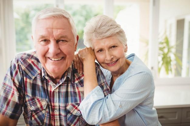 Portrait, de, couples aînés, sourire, chez soi