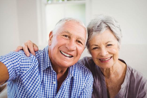 Portrait, de, couples aînés, sourire, dans, salle de séjour