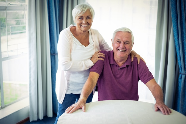 Portrait, de, couples aînés, sourire