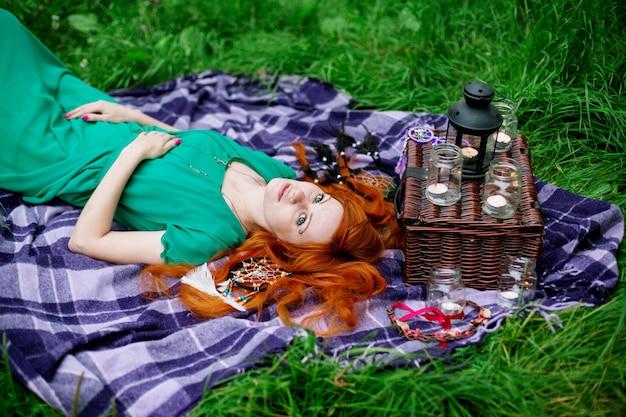 Portrait créatif de femme cheveux roux