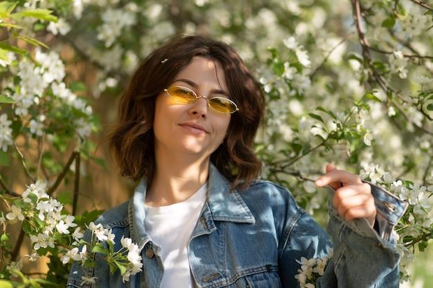 Portrait créatif femme avec fleur