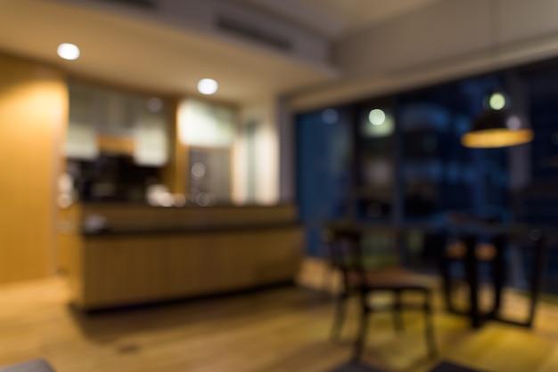 Portrait de cuisine moderne en bois luxueux et propre floue avec comptoir en verre