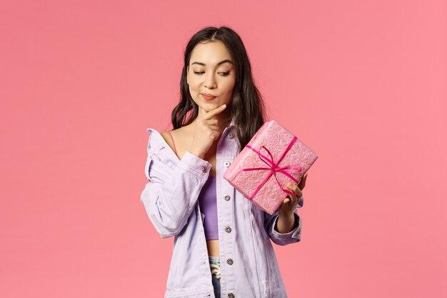 Portrait, de, curieux, enthousiaste, jeune, asiatique, girl, jeter coup oeil, à, emballé, boîte