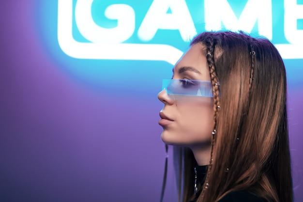 Portrait cyberpunk. néons et une femme à lunettes futuristes.