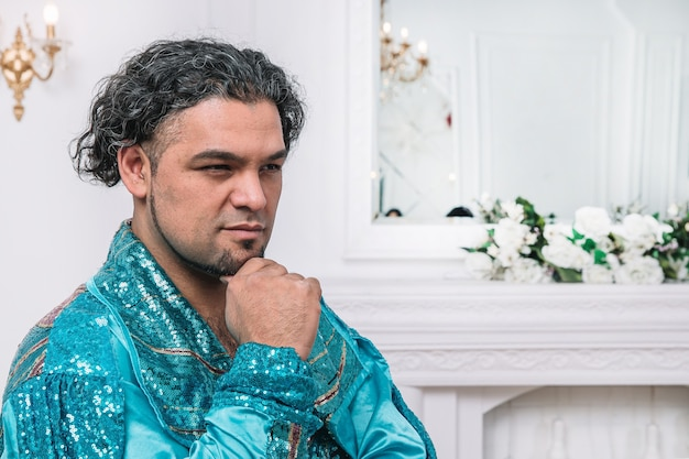 Portrait d'un danseur maussade en costume tzigane. photo avec espace copie