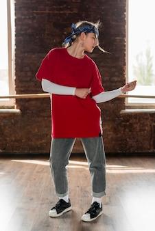 Portrait d'une danseuse dansant dans le studio de danse