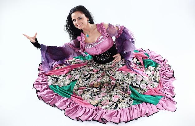Portrait d'une danseuse gitane en costume national