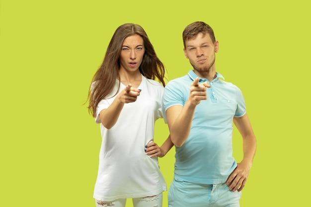 Portrait de demi-longueur de beau jeune couple isolé sur vert