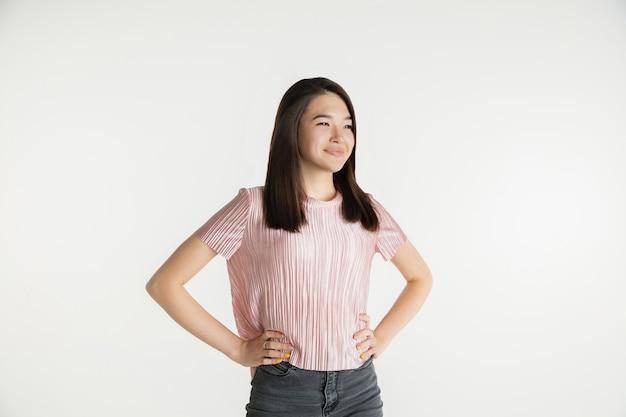 Portrait demi-longueur de belle fille sur studio blanc