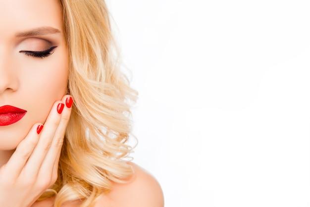 Portrait de demi-visage de belle femme sensuelle aux yeux fermés