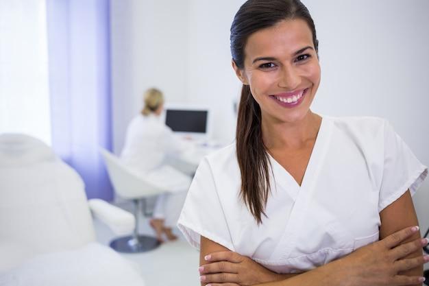 Portrait, dentiste, debout, bras, traversé