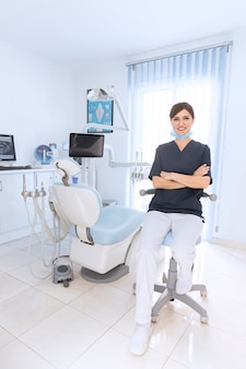 Portrait d'un dentiste souriant confiant en clinique