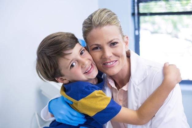 Portrait de dentiste souriant avec garçon