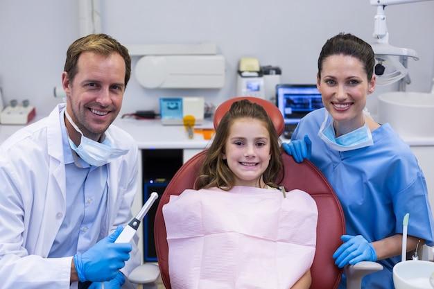 Portrait de dentistes souriants et jeune patient