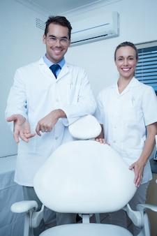 Portrait de dentistes souriants