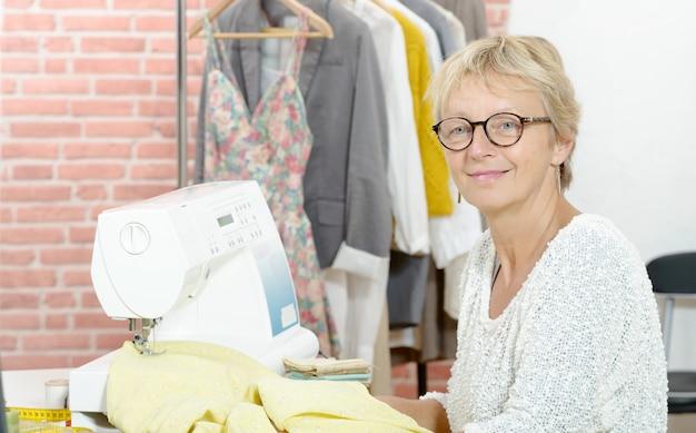 Portrait de designer dans un atelier de couture