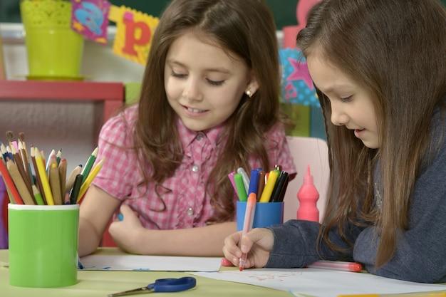 Portrait d'un dessin de petites filles avec des crayons colorés