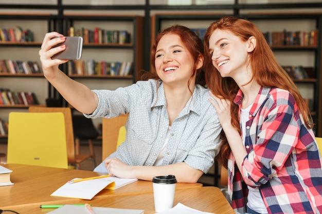 Portrait de deux adolescentes heureux