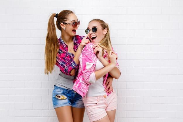Portrait de deux amis posant