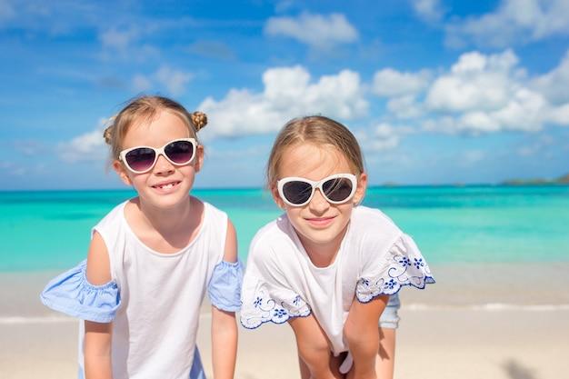 Portrait de deux beaux enfants à la plage