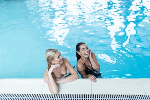 Portrait de deux belle femme relaxante dans la piscine spa